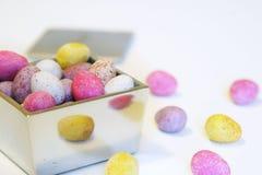 De mini eieren van de suikergoedchocolade in een opgepoetste zilveren doos Royalty-vrije Stock Fotografie