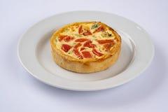 De mini smakelijke pastei van de broccolicheddar op witte plaat Heerlijke voorgerechten, snack, tapas Vlak leg stock afbeelding