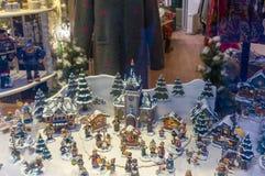 De miniaturen van het Kerstmisspeelgoed op Storefront Royalty-vrije Stock Foto's