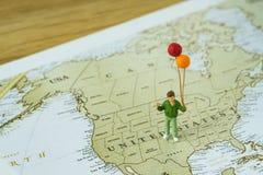 De miniatuur gelukkige ballons die van de kindholding zich op Verenigde Staat bevinden royalty-vrije stock foto's