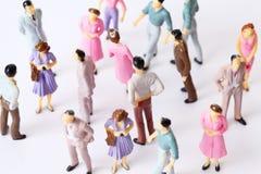 De miniatuur stuk speelgoed mensentribune in verschillend stelt Royalty-vrije Stock Afbeelding
