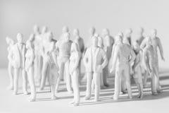 De miniatuur stuk speelgoed mensentribune in verschillend stelt royalty-vrije stock foto