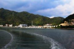 De miniatuur van stad en de berg op de manier gaan naar eiland Stock Foto's