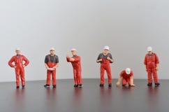 De miniatuurarbeider van de menseningenieur in fabrieksconcept Royalty-vrije Stock Afbeeldingen
