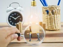 De miniatuurarbeider van de menseningenieur op houten lijst en witte achtergrond Royalty-vrije Stock Foto