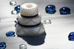 De Miniatuurcake van de huwelijksdecoratie stock foto's