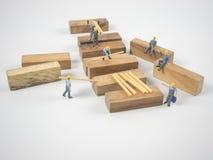 De miniatuurmenseningenieurs werken vol overgave en witte achtergrond Stock Afbeeldingen