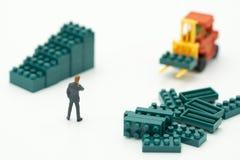 De miniatuurmensenzakenlieden die zich met hoog-Opgeheven vorkheftrucks bevinden zijn een grote manier om uw zaken als high-tech, royalty-vrije stock afbeelding
