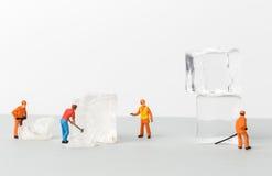 De miniatuurstuk speelgoed arbeiders verpletteren het ijs voor koude dranken Royalty-vrije Stock Foto's