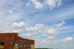 De minimale baksteen die van het stadslandschap de bewolkte zon van de hemelzomer bouwen Stock Fotografie