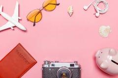 De minimale eenvoudige vlakte legt de reisconcept van het reisavontuur op roze pastelkleur in moderne achtergrond royalty-vrije stock afbeeldingen