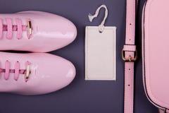 De minimale reeks van mooie vrouwen maniertoebehoren op een roze achtergrond Royalty-vrije Stock Fotografie