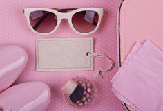 De minimale reeks van mooie vrouwen maniertoebehoren op een roze stippenachtergrond Royalty-vrije Stock Afbeeldingen