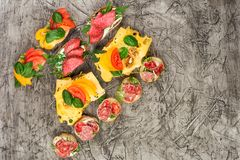 De minireeks van het sandwichesvoedsel Brushetta of authentieke traditionele Spaanse tapas voor lunchlijst Heerlijke snack, voorg stock afbeeldingen