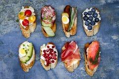De minireeks van het sandwichesvoedsel Brushetta of authentieke traditionele Spaanse tapas voor lunchlijst Heerlijke snack, voorg stock foto