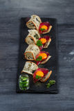 De minireeks van het sandwichesvoedsel Brushetta of authentieke traditionele Spaanse tapas voor lunchlijst Heerlijke snack, voorg stock fotografie