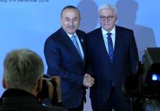 De minister Dr Frank-Walter Steinmeier heet Mevlut Cavusoglu welkom Royalty-vrije Stock Afbeeldingen