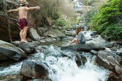De minnaar in Mae Ya Waterwall, het Nationale Park van Inthanon, Chiangmai Royalty-vrije Stock Fotografie