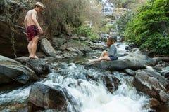 De minnaar in Mae Ya Waterwall, het Nationale Park van Inthanon, Chiangmai Stock Afbeeldingen