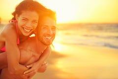 De minnaars koppelen in liefde die pret op strandportret hebben royalty-vrije stock afbeeldingen