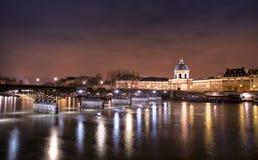 De minnaars overbruggen Parijs bij nacht Stock Afbeeldingen