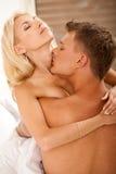 De minnaars van het paar het hartstochtelijke houden van en kussen Royalty-vrije Stock Afbeeldingen