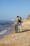De minnaars van het slepen op het strand stock afbeelding