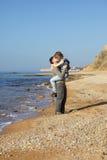 De minnaars van het slepen op het strand royalty-vrije stock afbeelding