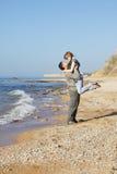 De minnaars van het slepen op het strand stock foto