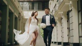 De de minnaarsman en vrouw gaan keurig naar de camera stock videobeelden