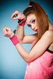 De misdaad van de tiener - tienermeisje in handcuffs Stock Fotografie