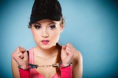 De misdaad van de tiener - tienermeisje in handcuffs Stock Afbeelding