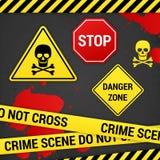 De misdaadtekens van het waarschuwingsgevaar op roestige achtergrond Stock Foto's