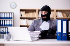 De misdadige zakenman die balaclava in bureau dragen stock afbeelding