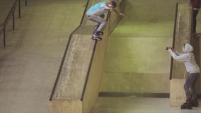 De misstap van de rolschaatser op rand van springplank op wedstrijd in skatepark uitdaging competition stunts stock footage