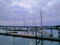 De misstappen die van de avondboot bij Ossining-de jachthaven van de waterkant opvullen stock fotografie
