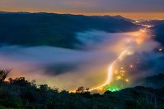 De mist die de avond bedekken zet in Laguna Beach, Californië om Stock Afbeelding