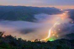 De mist die de avond bedekken zet in Laguna Beach, Californië om Royalty-vrije Stock Foto's