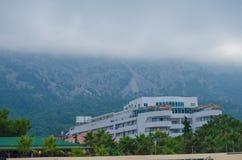 De mist komt uit de bergen neer op een woningbouw royalty-vrije stock fotografie