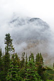 De mist ligt rond de bergen en de valleien in Gletsjer Stock Foto's