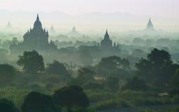 De mist met silhouet van oude tempel in Bagan terwijl sunris Stock Afbeelding