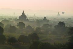 De mist met silhouet van oude tempel in de mist in Bagan Royalty-vrije Stock Foto's