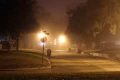 De mist overspoelt een woonstraat Royalty-vrije Stock Foto's