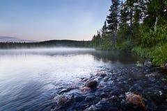 De mist van de berg en van het water bij schemering stock foto