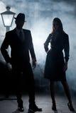 De mist van de de straatlantaarn van het film noir paar Royalty-vrije Stock Fotografie