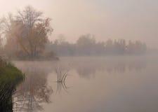 De mist van de herfst Vroege ochtend Royalty-vrije Stock Foto's