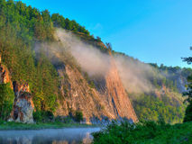 De mist van de ochtend in bergen Stock Afbeelding