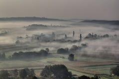 De mist van de ochtend in de vallei - slaperige hol Royalty-vrije Stock Fotografie