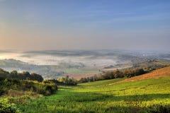 De mist van de ochtend in groene vallei Royalty-vrije Stock Fotografie