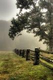 De mist van de ochtend op gespleten spooromheining royalty-vrije stock afbeeldingen